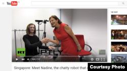 Robot Nadine (solda) və yaradıcısı