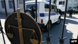 У дворі Донецького міського суду Ростовської області Росії, 30 липня 2015 року