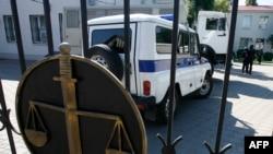Полицейский автомобиль у ворот здания Донецкого городского суда в Ростовской области, где слушается дело Надежды Савченко.