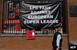 """Банери срещу Суперлигата се появиха още в понеделник на клубния стадион на Ливърпул """"Анфийлд Роуд"""""""