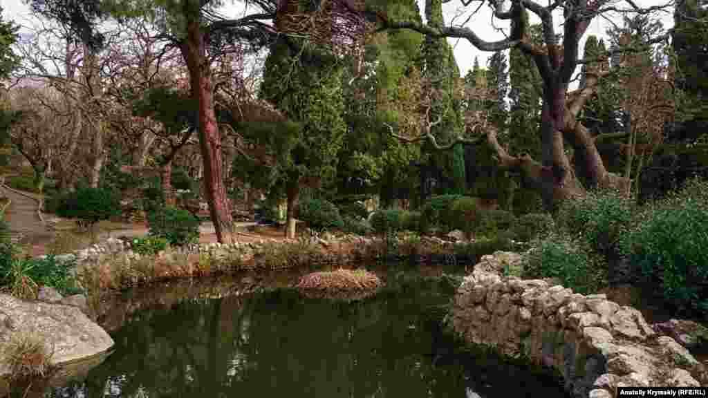 В парке целый каскад водоемов. Их берега соединяют декоративные мостики