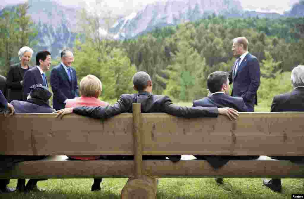 Канцлер Німеччини АнґелаМеркель і президент США Барак Обама сидять на лавці неподалік від замку, в якому проходив саміт
