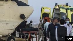 Погрузка тел погибших в авиакатастрофе в военный самолет на авиабазе в Египте