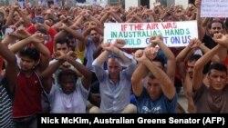 این عکس را سناتور حزب «سبزهای» استرالیا، نیک مککیم، در اختیار خبرگزاری فرانسه گذاشته و پناهجویان متحصن در اردوگاه مانوس را نشان میدهد