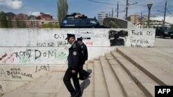 Полицейский патруль на главном мосту города Митровица на севере Косово. 22 апреля 2013 года.