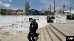 Policët e Kosovës patrullojnë në urën në lumin Ibër ndërmjet pjesës jugore dhe veriore të Mitrovicës