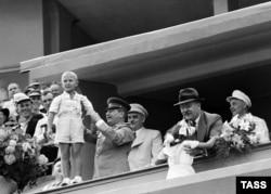 Сталин и Молотов с советскими детьми, 1947. С собственными отпрысками у вождя отношения не сложились