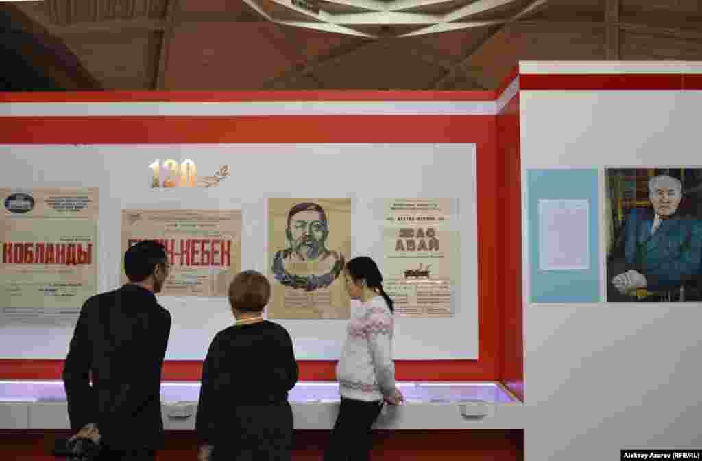 Больше всего экспонатов на выставке относится к творчеству МухтараАуэзова. В основном это книги разных лет издания, театральные афишиспектаклей по его произведениям, фотографии.