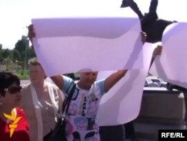 Тәуелсіздік алаңында жиналған бір топ азамат Қазақстанның саяси жүйесіне наразылықтарын жазуы жоқ ақ плакаттар арқылы білдірді. Алматы, 29 маусым 2010 жыл.
