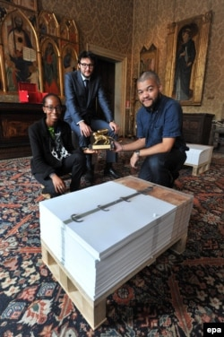 Художники в павильоне Анголы радуются главной награде - Золотому льву