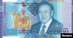 Купюра 10 тысяч тенге с портретом президента Казахстана Нурсултана Назарбаева на фоне построенных в его правление небоскребов
