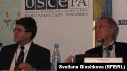 Представители миссии по наблюдению за выборами в Казахстане от БДИПЧ/ОБСE. Даан Эвертс, глава миссии по наблюдению за выборами в Казахстане от БДИПЧ/ОБСE (справа). Астана, 4 апреля 2011 года.