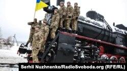 Українські військові курсанти на паровозі в день пам'яті Героїв Крут на станції Крути в Чернігівській області. 28 січня 2018 року