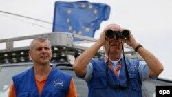 ევროკავშირის სამეთვალყურეო მისიი წარმომადგენლები სოფელ ხურვალეთის მახლობლად. 2015 წლის 14 ივლისი.