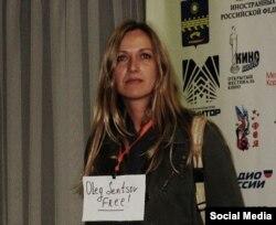 Марина Врода с маленьким плакатиком в поддержку Олега Сенцова на пресс-конференции в Анапе