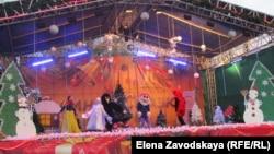 В Сухуме на площади Свободы в честь Рождества состоялось праздничное интерактивное представление «Зимняя сказка»