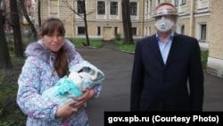 Губернатор Александр Беглов (в маске) посетил роддом в Петербурге