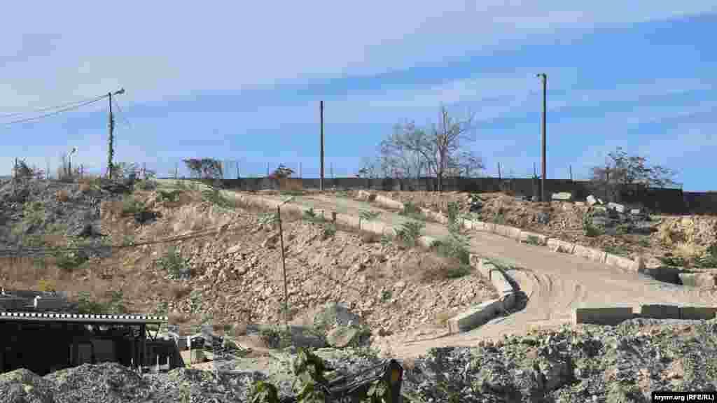 Для під'їзду до будівництва облаштована тимчасова дорога по насипу