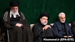Former Qods Force's Qassem Soleimani (R), Iranian Supreme Leader Ayatollah Ali Khamenei (L) and Iraqi Shia cleric, politician and militia leader Muqtada al-Sadr in Tehran, Sept. 10, 2019 - FILE