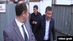 Представители властей во дворе дома, который должны снести. Астана, 21 апреля 2016 года.