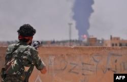 کنترل بخشهای مختلف سوریه، به جز آنچه در دست نیروهای دولتی مانده، میان گروههای شورشی، اسلامگرایانی مانند «حکومت اسلامی» یا شبهنظامیان کرد (در تصویر) تقسیم شده است