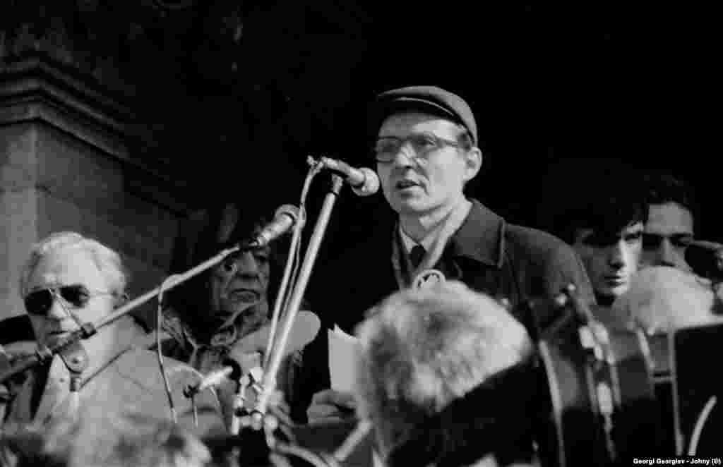 Химикът Румен Воденичаров, основател на Независимото дружество за защита на човешките права, говори на първия митинг на опозицията. Впоследствие се отдръпва от СДС и преминава в противоположния лагер, заявявайки се като националист. Но на митинга на 18.11.1989 г. той призовава да се върнат имената на българските турци. Част от участниците в митинга го освирква. В отговор той вдига ръка с разперени пръсти - емблемата на неговото дружество.
