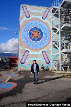 Константин Томс на фоне здания ATLAS
