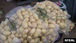 Картофель жителям Тараза на ярмарках продается только в мешках. Ноябрь 2008 года.