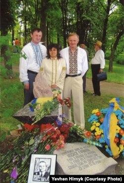 Евгений Гирнык в Каневе (крайний справа)