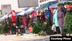 Торговые ряды центрального рынка в преддверии новогодних праздников. Алматы, 21 декабря 2012 года.