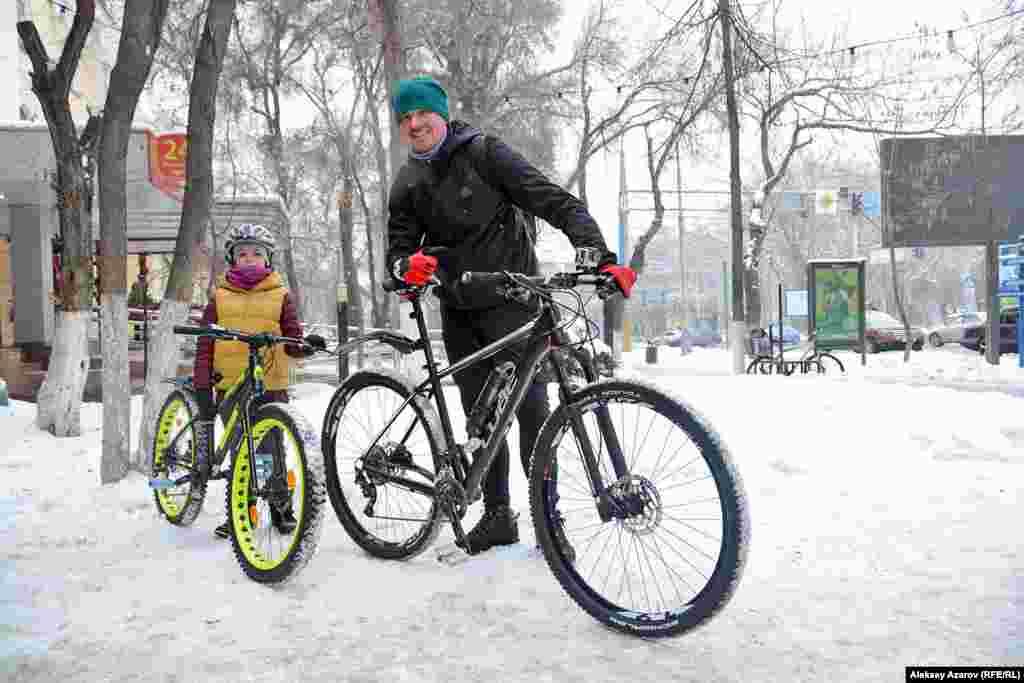 Через некоторое время к точке обогрева подъехали на велосипедах мужчина и мальчик.