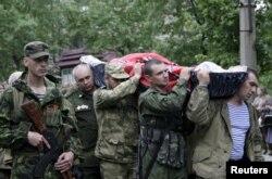 Табыт көтеріп бара жатқан ресейшіл сепаратистер. Украина, Луганск, 27 мамыр 2015 жыл. (Көрнекі сурет)