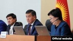 Премьер-министр Кыргызстана Сооронбай Жээнбеков (в центре).