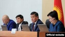 Қырғызстанның отставкаға кеткен премьер-министрі Сооронбай Жээнбеков (оң жақтан екінші) пен үкімет мүшелері.