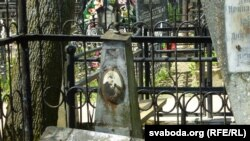 Занядбаны помнік з зоркаю на Каталіцкіх могілках Магілёва