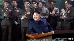 Северокорейский лидер Ким Чен Ын (в центре)
