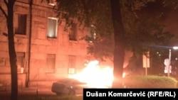 Zapaljen policijski automobil kod zgrade Pošte u Beogradu