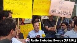 Новинарите на протест пред судот во Скопје побараа ослободување од притвор на нивниот колега Томислав Кежаровски од Нова Македонија на 31 мај 2013 година.