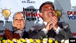 Больше света. Лампочка Ильича стала символом просвещенного турецкого исламизма. Г-н и г-жа Гюль отмечают общую победу
