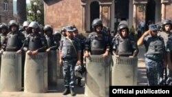 İğtişaş polisi İcevanın mərkəzi meydanında