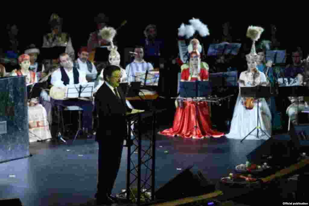 После официальных выступлений состоялся грандиозный концерт с участием 120 артистов из 15 тюркских стран. Концертная программа состояла из народных произведений и танцевальных номеров. Среди них можно отметить великолепную кыргызскую песню «Паризат» в исполнение дуэта кыргызских молодых певцов Гульжигита Калыкова и Гульнур Асановой.