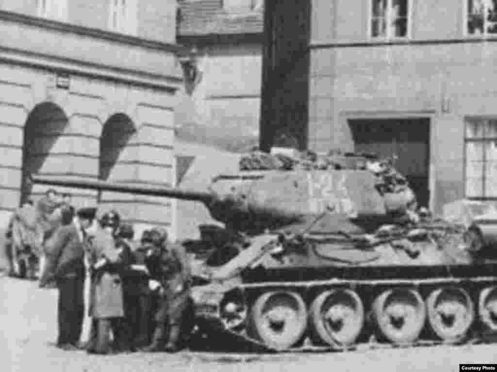 Танк лейтенанта Ивана Гончаренко вскоре после боя в Праге 9 мая 1945 года. Танк был незначительно поврежден в ходе боя.