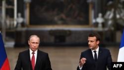 Емманюель Макрон (п) і Володимир Путін по завершенні зустрічі у палаці Версаль під Парижем, Франція, 29 травня 2017 року