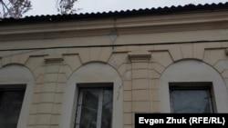рещины на левом боковом фасаде