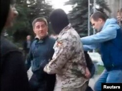 Проросійські активісти виводять Володимира Рибака з Горлівської міськради, 17 квітня 2014 року