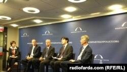 از چپ: سوزان گلاسر، سردبیر فارین پالیسی، مایکل ماکوفسکی مدیر مرکز سیاسگذاری فراحزبی، دنیس راس، دانیل آن و استفن ردمیکر