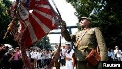 Мужчины в форме солдат Второй мировой войны. Архивное фото