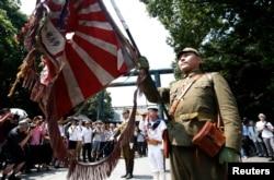 Мужчина в японской военной форме времен Второй мировой войны у входа в знаменитый храм Ясукуни в Токио