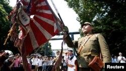 Церемония перед мемориалом Ясукуни, посвященная 68-й годовщине поражения Японии во Второй мировой войне
