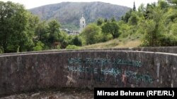Grafit protiv antifašista na Partizanskom groblju u Mostaru